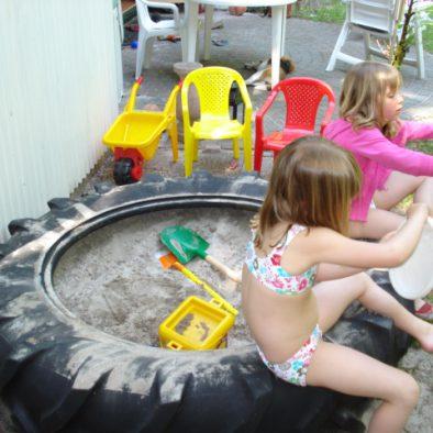 Zandbak met divers speelgoed