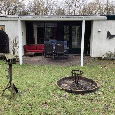De buitenkant en de tuin van het huisje